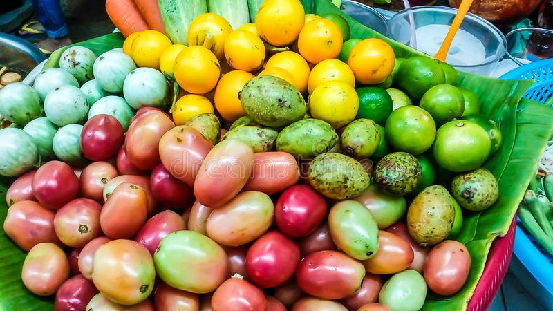 La fruta y verdura para hacer ensalada de la papaya la comida es como a fotos de archivo libres de regalías