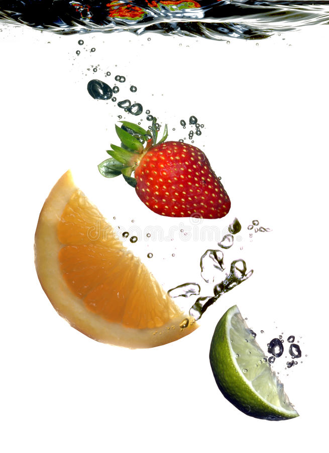 La frutta affetta l'acqua immagine stock