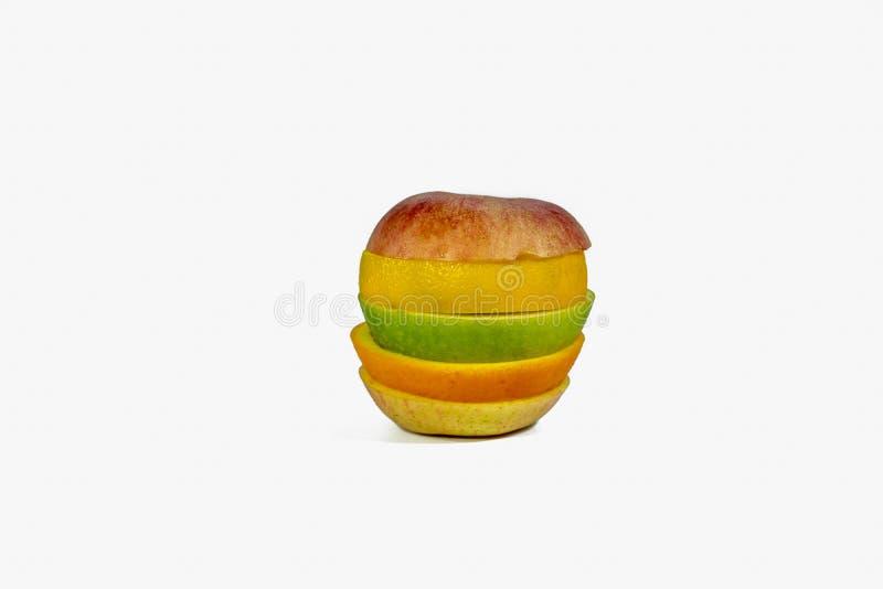 La frutta affettata ha isolato su un fondo bianco fotografie stock