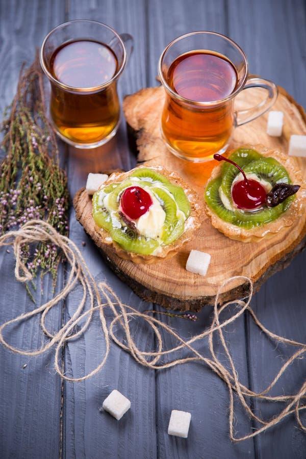 La frutta agglutina con tè fotografia stock