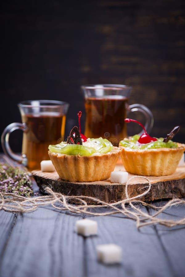 La frutta agglutina con tè fotografia stock libera da diritti