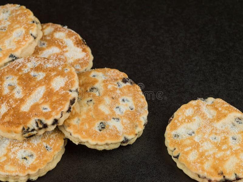 La frutta al forno Lingua gallese agglutina con una tazza di tè o di caffè fotografie stock libere da diritti