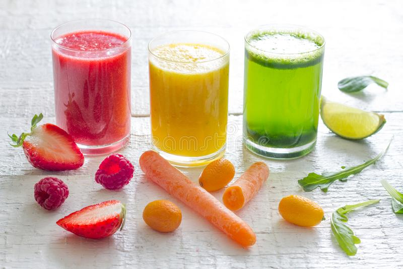 La frutta dei succhi e la salute fresche della disintossicazione delle verdure sono a dieta il concetto di stile di vita immagine stock