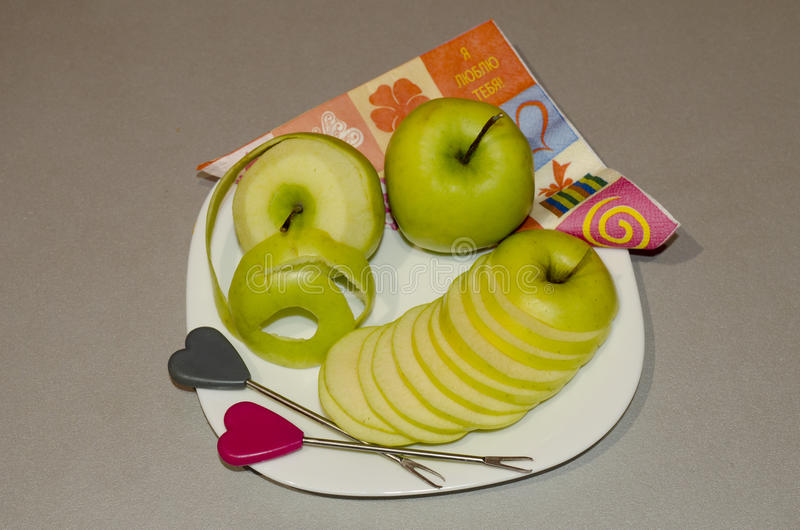 La frutta del taglio su un taglio arancio della mela del piatto dai segmenti immagini stock