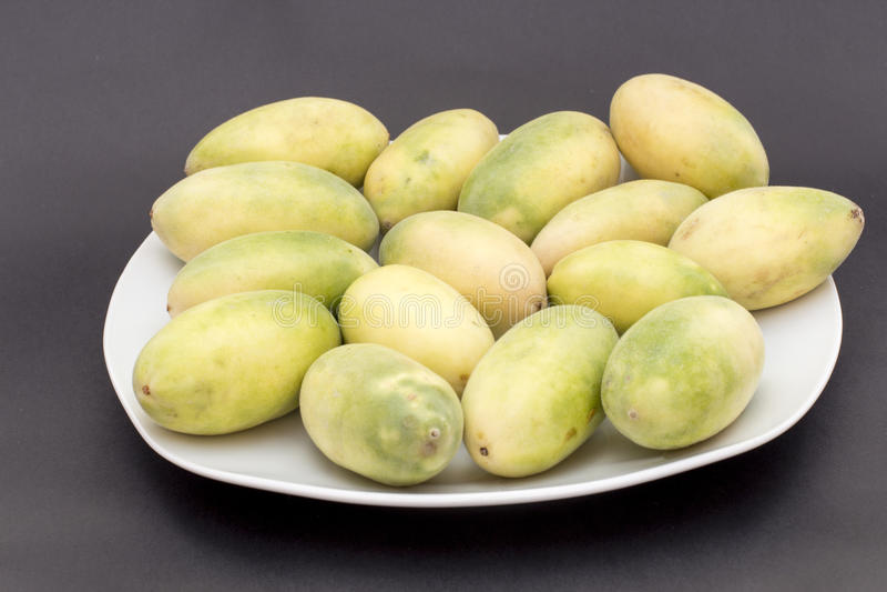 La frutta dell'America latina ha chiamato il passionfruit della banana (lat Tripartita della passiflora) (in tumbo dello Spagnolo fotografie stock libere da diritti