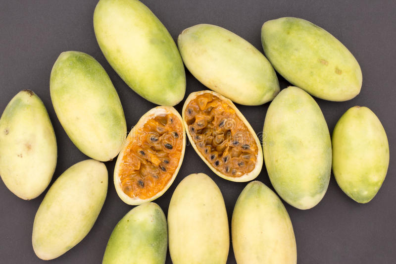 La frutta dell'America latina ha chiamato il passionfruit della banana (lat Tripartita della passiflora) (in tumbo dello Spagnolo immagine stock