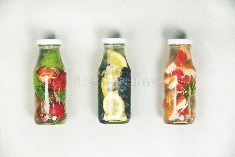 La frutta della disintossicazione ha infuso l'acqua condita fotografia stock