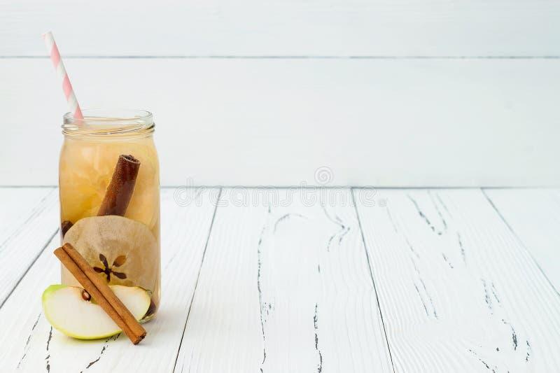 La frutta della disintossicazione ha infuso l'acqua condita Cocktail casalingo di rinfresco di estate Cibo pulito Copi il fondo d immagini stock libere da diritti