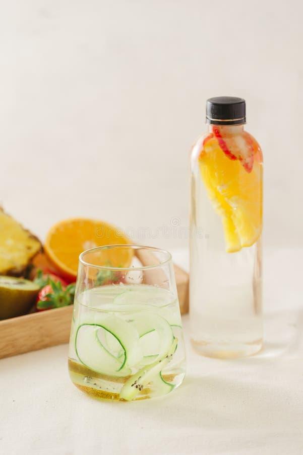La frutta della disintossicazione ha infuso l'acqua condita Cocktail casalingo di rinfresco di estate fotografie stock