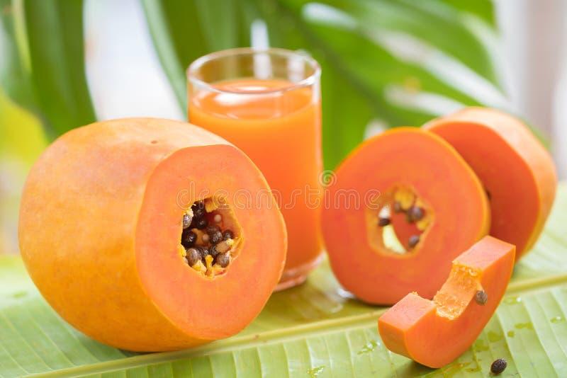 La frutta della papaia ed il barattolo esotici tropicali di vetro con il frullato scuotono J fotografia stock