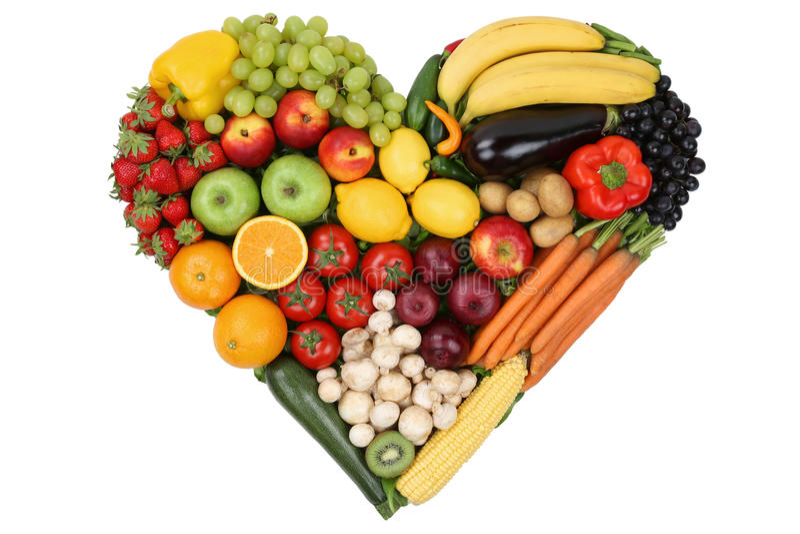 La frutta e le verdure che formano il cuore amano l'argomento e il eatin sano immagine stock