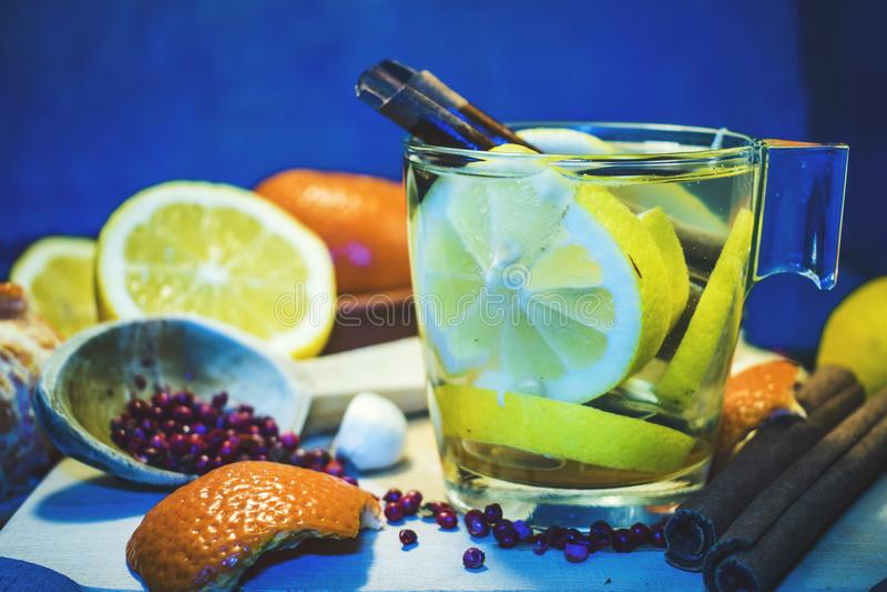 La frutta e le verdure sull'alimento e sul colesterolo sani del fondo blu sono a dieta il concetto Cibo pulito, stante a dieta, d immagine stock libera da diritti