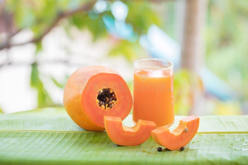 La frutta ed il vetro esotici tropicali della papaia stonano il succo fotografie stock