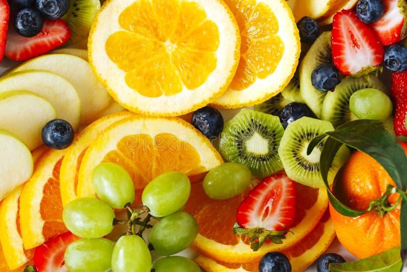 La frutta fresca e le bacche si chiudono su fotografie stock libere da diritti