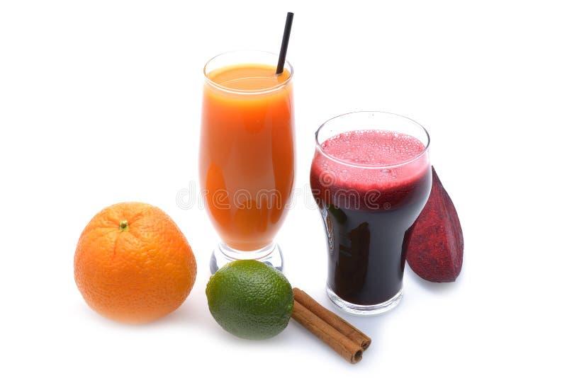 La frutta fresca ed i succhi di verdura su fondo bianco fotografie stock libere da diritti
