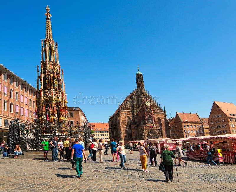 La fuente antigua de Schoner Brunnen fue construida en siglo XIV La fuente adorna el cuadrado central Hauptmarkt foto de archivo