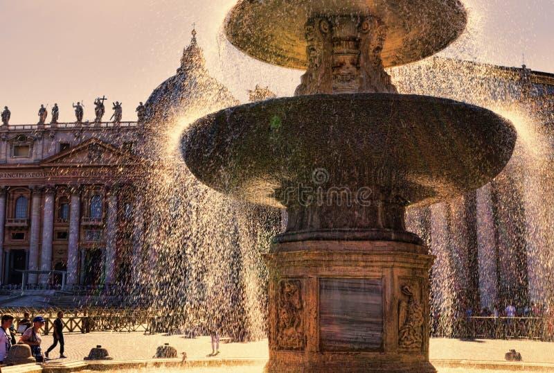 La fuente antigua en el cuadrado del ` s de San Pedro - Ciudad del Vaticano imagen de archivo libre de regalías