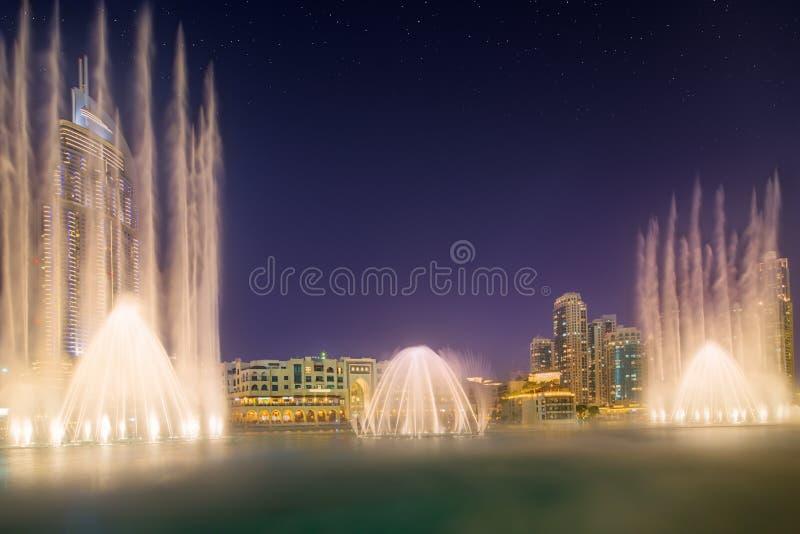 La fuente Burj Khalifa del baile en Dubai, UAE imágenes de archivo libres de regalías