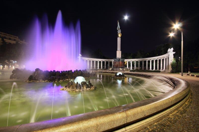 La fuente colorida de la guerra mundial en Viena por noche imagen de archivo
