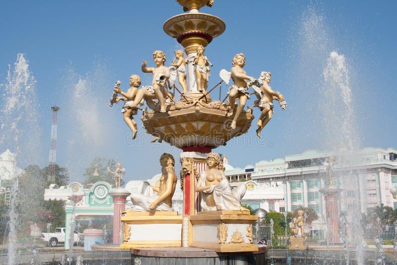 La fuente con agua de los ángeles salpica fotos de archivo libres de regalías