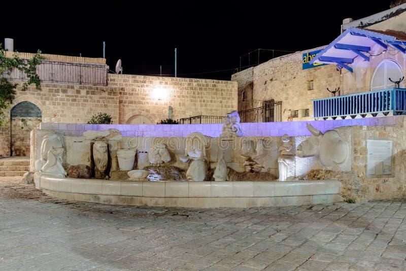 La fuente con las figuras del zodiaco firma en el cuadrado de Kdumim en la noche en la ciudad vieja Yafo, Israel fotos de archivo