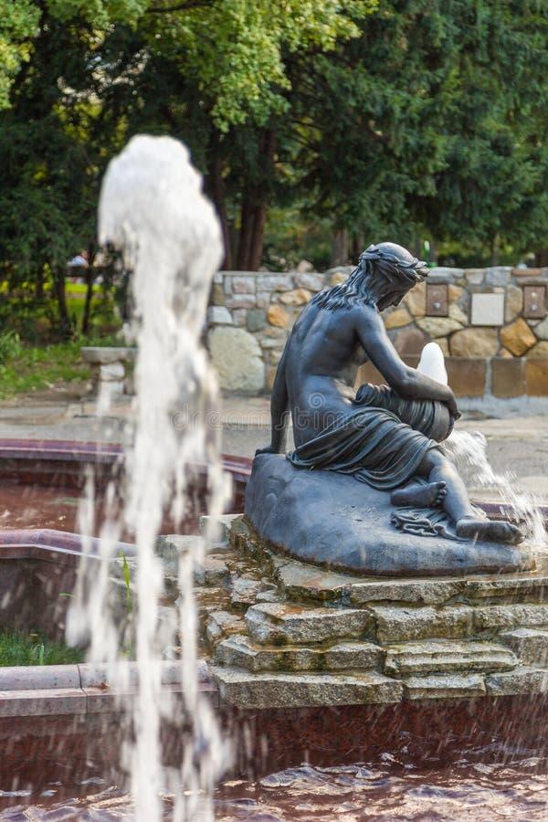La fuente con una escultura de una mujer en los pioneros parquea, Belgrado, Serbia imagen de archivo
