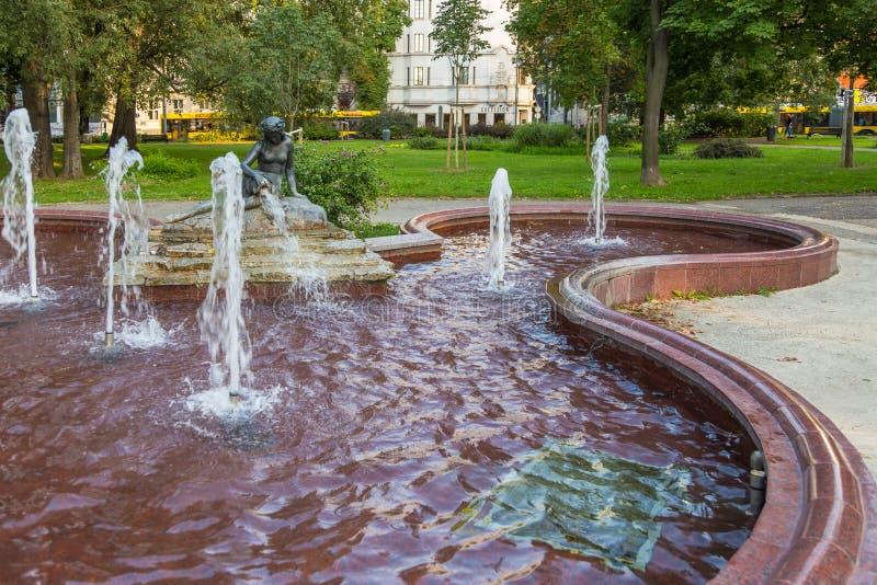La fuente con una escultura de una mujer en los pioneros parquea, Belgrado, Serbia foto de archivo