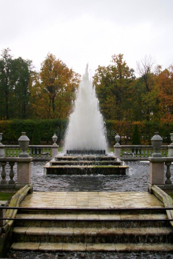 La fuente de la pirámide en Peterhof fotos de archivo