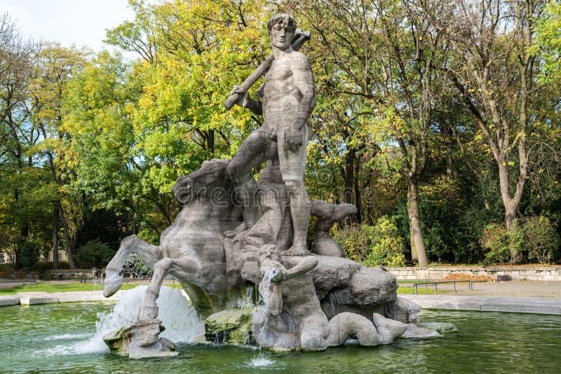 La fuente de Neptuno adentro altera el jardín botánico de Munich, Alemania foto de archivo libre de regalías
