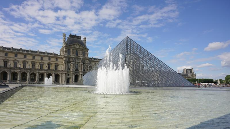 La fuente de la pirámide en el museo del Louvre fotos de archivo
