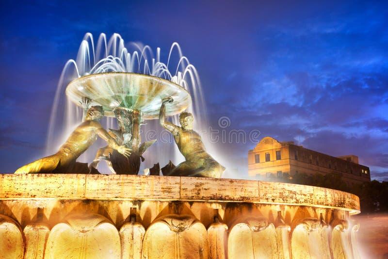 La fuente de Tritón en la entrada de La Valeta, Malta imagen de archivo