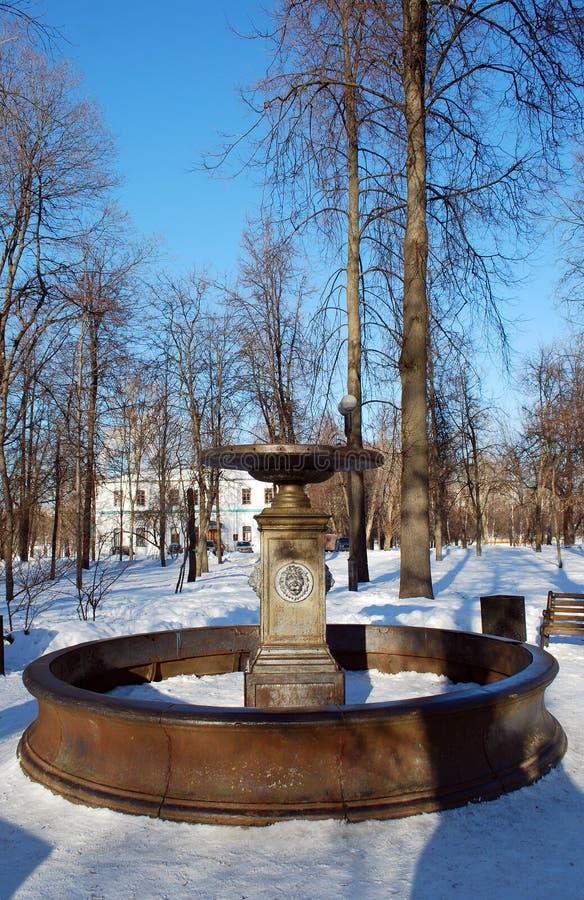 La fuente del hierro en el cuadrado en la isla de plata a Izmailovo por la tarde clara del invierno Paisaje de la ciudad imagen de archivo