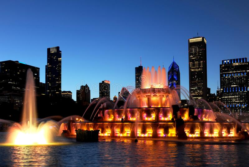 La fuente del ` s Buckingham de Chicago se encendió para arriba en el crepúsculo foto de archivo