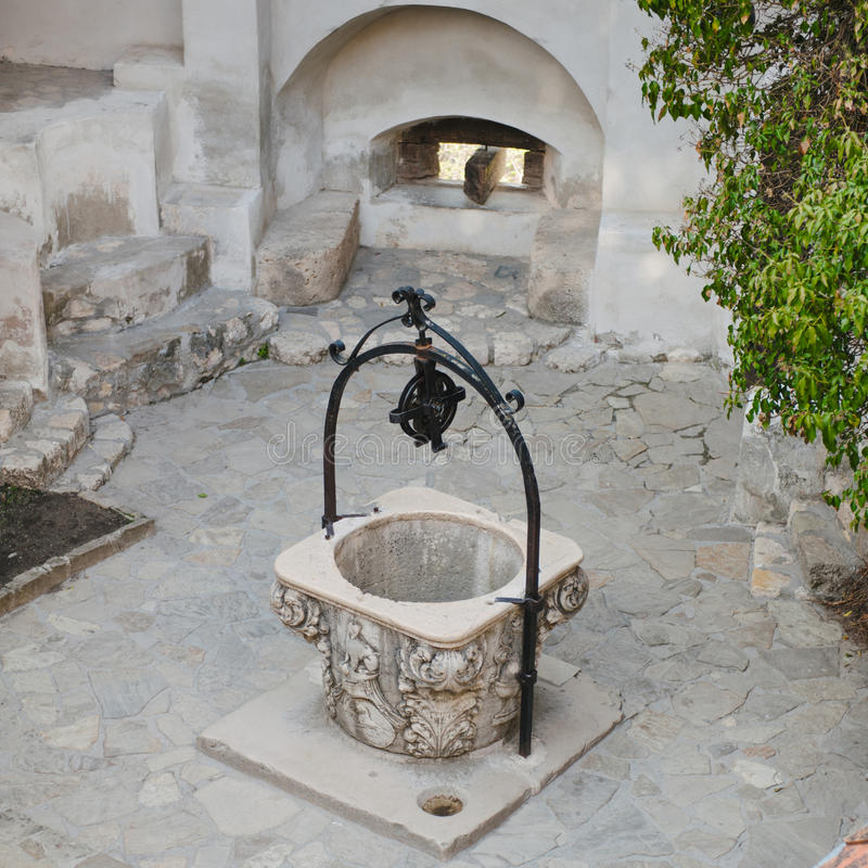 La fuente en el castillo de Drácula foto de archivo