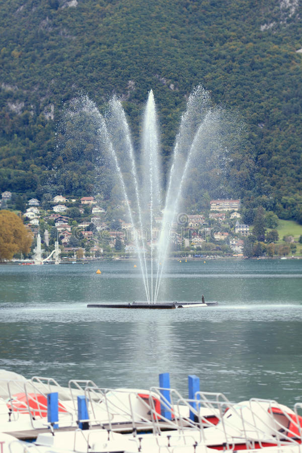 La fuente en el lago Lemán en Annecy imágenes de archivo libres de regalías