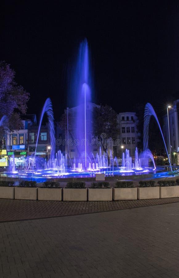 La fuente más grande de Varna con efectos del sonido, de la luz y del agua Hay una disposición musical El metro del viento propor fotos de archivo