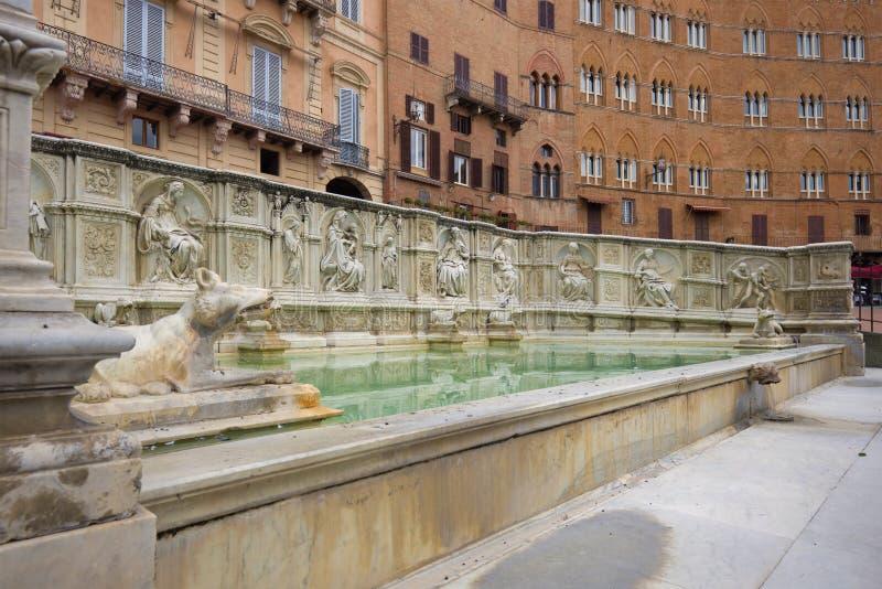 La fuente medieval de Joy Fonte Gaia en el cierre de Pyazza del Campo para arriba Siena, Italia imagenes de archivo