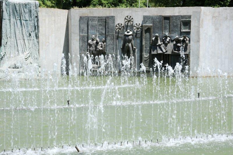 La fuente y el monumento en la independencia ajustan en Mendoza fotografía de archivo libre de regalías