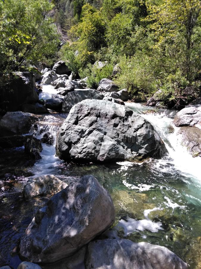 La fuerza de las rocas acompañadas con la fluidez del agua foto de archivo libre de regalías