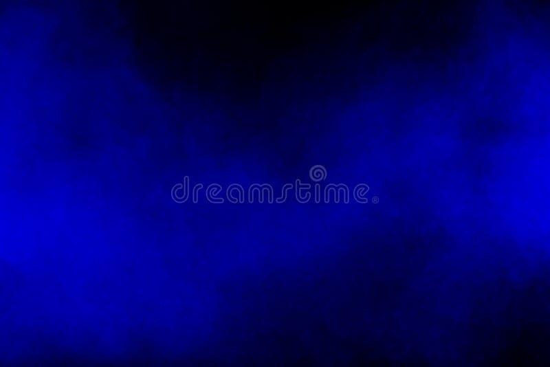 La fumée bleue abstraite de couleur a circulé sur le fond noir images libres de droits