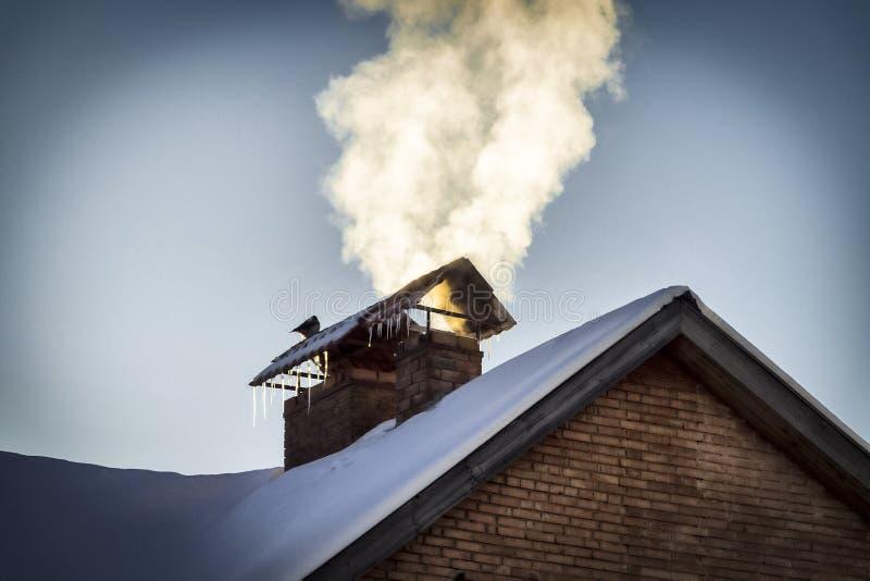 La fumée de la cheminée photos stock