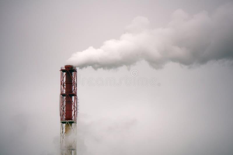 La fumée de la cheminée d'une entreprise industrielle dans le ciel photos stock