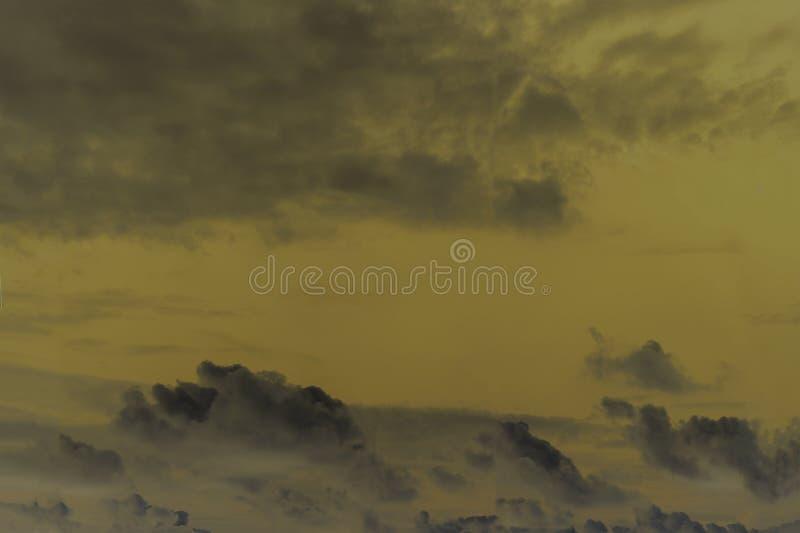 La fumée et le brouillard enfumé des tuyaux dans le ciel, polluants écrivent l'atmosphère Catastrophe environnementale image stock