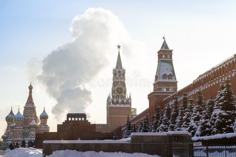 La fumée se lève au-dessus de la tombe du ` s de Lénine sur la place rouge photo stock