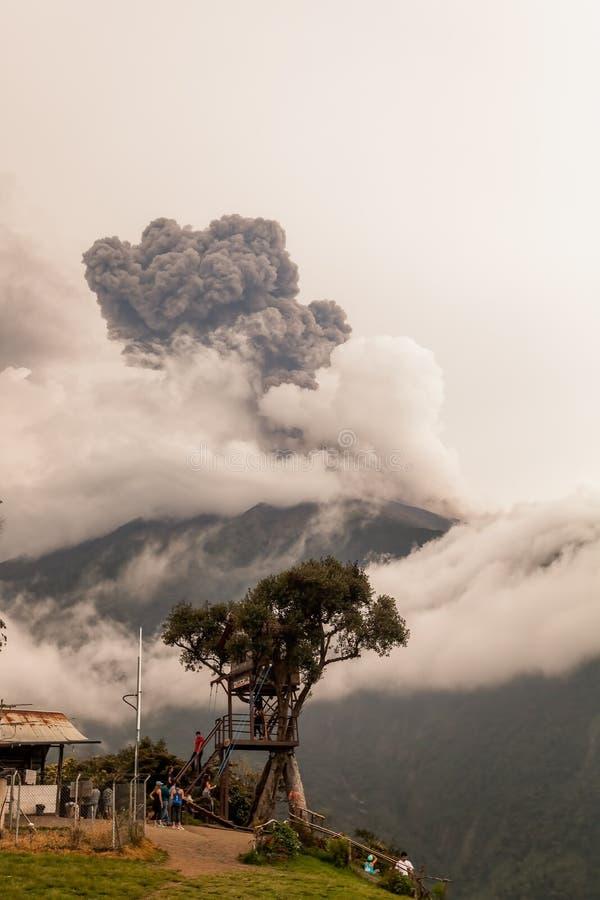 La fumée se lève du volcan de Tungurahua, mars 2016 images stock