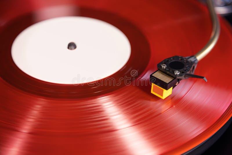 La funzione di rotazione stereo di vintage riproduce l'album Red Vinyl Record, Tonearm con Headshell fotografie stock libere da diritti