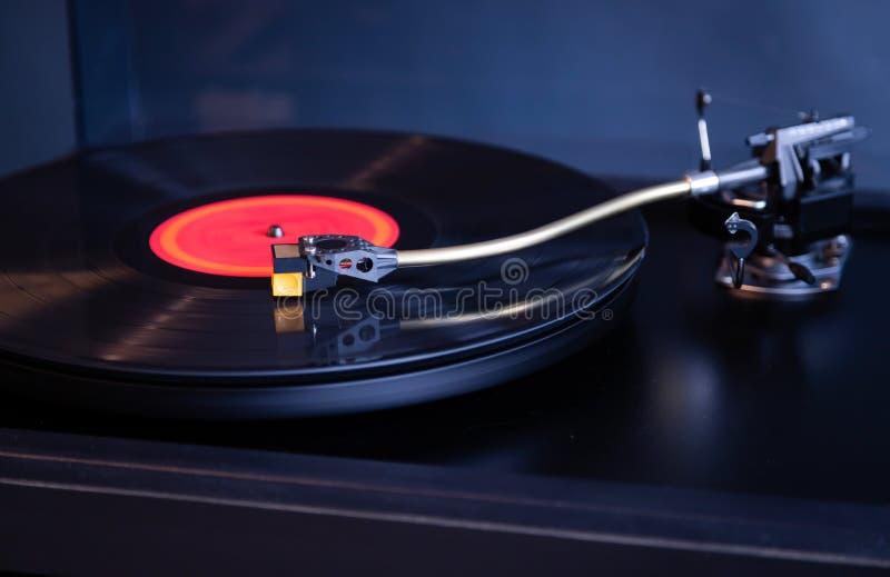 La funzione di rotazione stereo di vintage riproduce l'album Red Vinyl Record, Tonearm con Headshell immagini stock libere da diritti