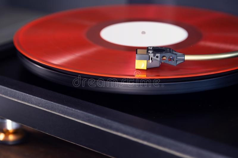 La funzione di rotazione stereo di vintage riproduce l'album Red Vinyl Record, Tonearm con Headshell fotografia stock
