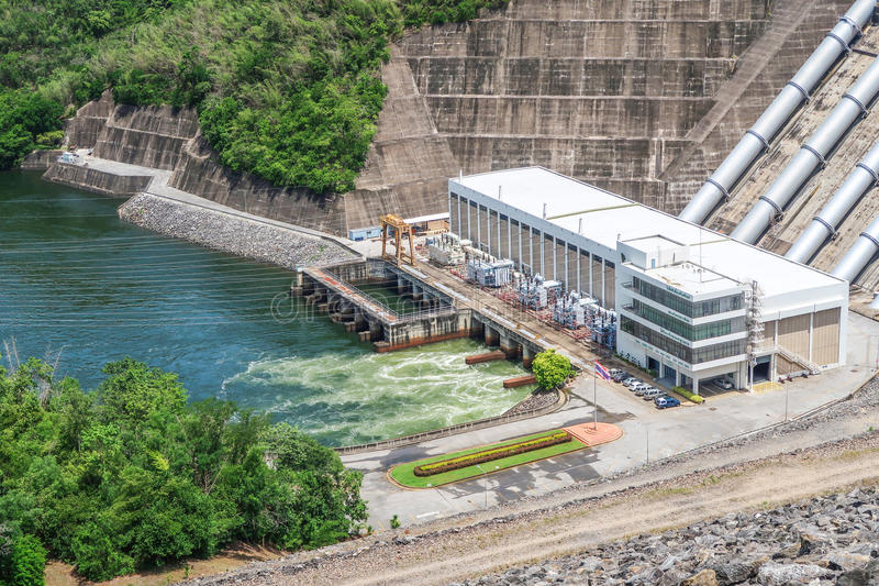 La génération d'énergie hydroélectrique au barrage de Srinakarin chez Kanc photographie stock