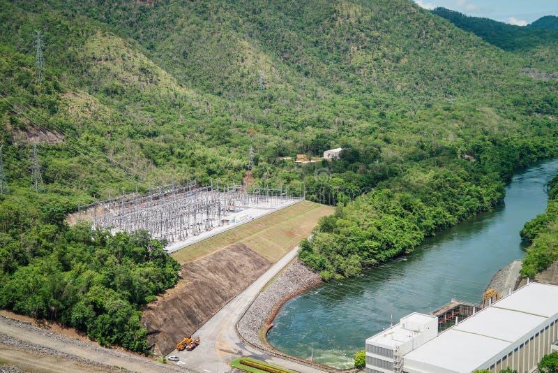 La génération d'énergie hydroélectrique au barrage de Srinakarin chez Kanc images stock